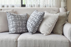 地球口气沙发集合与在客厅变化样式枕头 免版税图库摄影