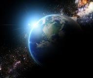 地球和光束在星系元素由美国航空航天局完成了 库存照片
