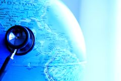 地球和听诊器 免版税库存照片