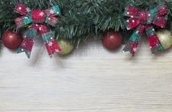 地球和圣诞节装饰品 免版税库存图片