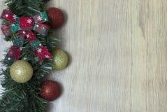 地球和圣诞节装饰品 库存图片