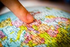 地球和手指 免版税库存照片