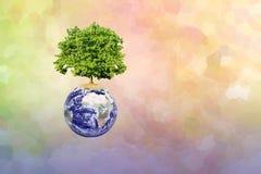 地球和现代抽象背景上的大树 库存图片