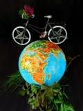 地球和自行车 汽车城市概念都伯林映射小的旅行 背景关心概念环境查出小的作为结构树白色 免版税库存图片