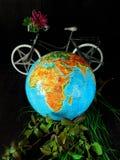 地球和自行车 汽车城市概念都伯林映射小的旅行 背景关心概念环境查出小的作为结构树白色 库存图片