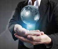 地球在人的手,举行我们行星地球发光的手上 免版税库存图片