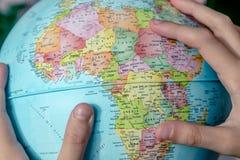 地球在女孩手上 免版税图库摄影
