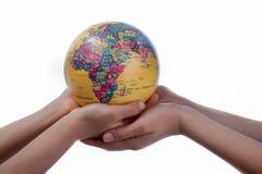 地球在手中 库存图片