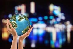 地球在晚上在人的手上举行 变褐环境叶子去去的绿色拥抱本质说明说法口号文本结构树的包括的日地球 节能概念,文本的空间 免版税库存照片