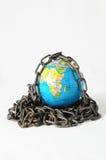 地球在链子的地球关闭。3d… 免版税库存照片