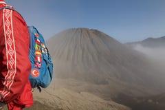 地球在batok火山附近的小跑步马背包徒步旅行者 库存照片