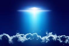 地球外的外籍人太空飞船,与明亮的聚光灯的飞碟 库存照片
