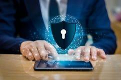 地球多角形滤网行星世界商人握手保护在网际空间的信息 拿着盾的商人保护i 库存图片
