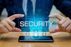 地球多角形滤网行星世界商人握手保护在网际空间的信息 拿着盾的商人保护i 库存照片