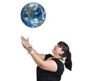 地球投掷的妇女 库存照片