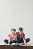 地球日和孩子在屋子里 免版税库存照片