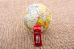 地球有电话亭帆布背景 库存图片