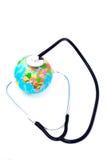 地球查出的听的听诊器 免版税库存图片