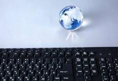 地球的克里斯特尔地球在计算机上的 免版税图库摄影