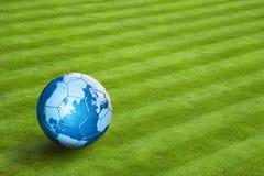 地球的地图在皮革橄榄球的 免版税库存图片