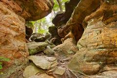 地球秀丽 在Nieklan,波兰附近的地狱岩石 免版税库存照片