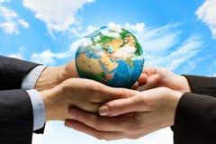 地球行星在手上 免版税库存图片