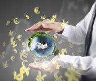 地球,地球在人的手,拿着我们的行星地球glowin的手上 免版税库存图片