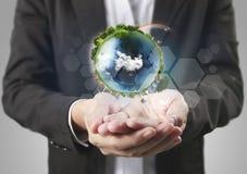 地球,地球在人的手,拿着我们的行星地球glowin的手上 免版税图库摄影