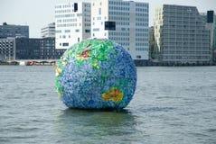地球aus Plastikflaschen在阿姆斯特丹 库存照片