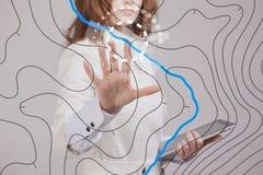 地理信息系统概念,妇女科学家与未来派美国兵一起使用在一个透明屏幕上连接 库存照片