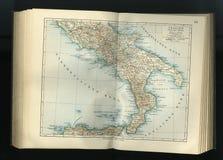 从地理地图集1890与亚平宁山脉的片段,亚平宁半岛的老地图 雾意大利被淹没的横向南部 免版税库存照片