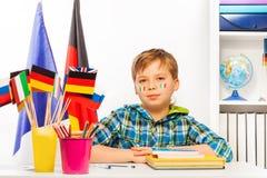 地理教训的意大利男小学生在教室 免版税库存照片