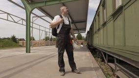驻地的紧张工作者在无盖货车 股票视频