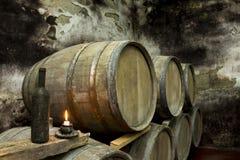 地窖科涅克白兰地侧那里橡木喝酒 免版税库存照片