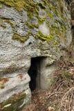 地窖门户切开了成岩石 免版税库存照片