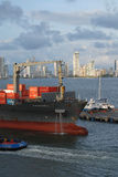 轻轻地被推挤对船坞的一只大集装箱船在卡塔赫钠港口 免版税库存图片