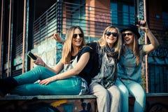 地道三个美丽的朋友 免版税图库摄影