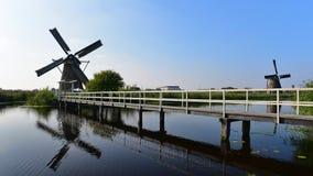 地道历史的风车的一汇集在小孩堤防 库存图片
