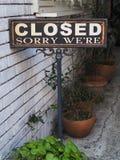 地道和逗人喜爱的好极了抱歉的We're关闭了标志 图库摄影