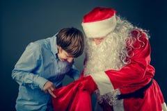 地道圣诞老人带来了礼物 图库摄影