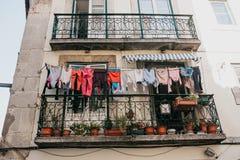 地道摄影 衣裳在一个公寓的门面烘干在里斯本在葡萄牙 特征 图库摄影