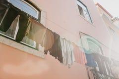 地道摄影 衣裳在一个公寓的门面烘干在里斯本在葡萄牙 特征 免版税库存图片