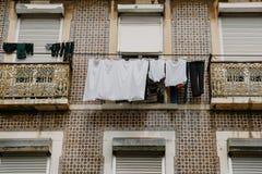地道摄影 衣裳在一个公寓的门面烘干在里斯本在葡萄牙 特征 免版税库存照片