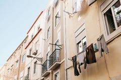 地道摄影 衣裳在一个公寓的门面烘干在里斯本在葡萄牙 特征 库存照片