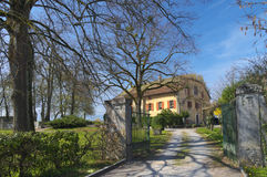 地道瑞士乡间别墅 免版税库存图片