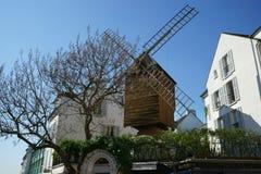 地道老风车在巴黎蒙马特 免版税库存图片