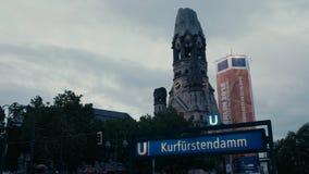 地铁与威廉皇帝纪念教堂Gedächtniskirche的U-Bahn标志Kurfuerstendamm在背景中在柏林 夜间 4K 股票录像