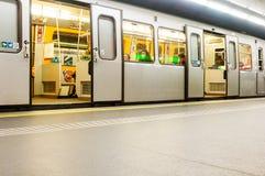 地铁和乘客Karlsplatz驻地的,维也纳,奥地利 库存图片