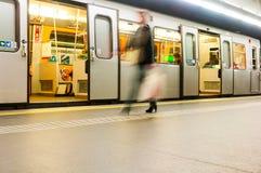 地铁和乘客Karlsplatz驻地的,维也纳,奥地利 免版税库存照片