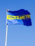 地铁商店电视节目预告旗子在蓝天的 免版税库存照片